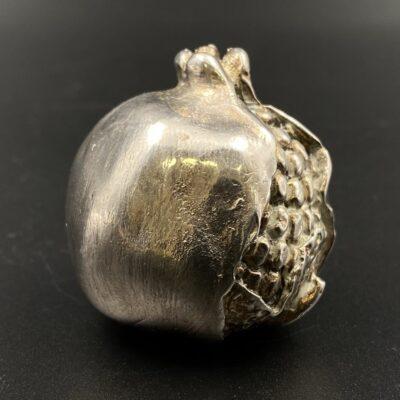Sidabrinė Alessandro Magrino granato vaisiaus skulptūra