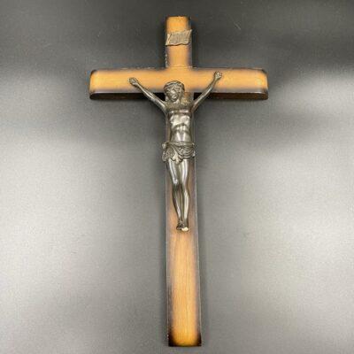 Medinis kryžius su metaline Jėzaus skulptūra