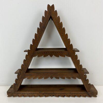 Pakabinama trikampio formos drožinėta medinė lentyna