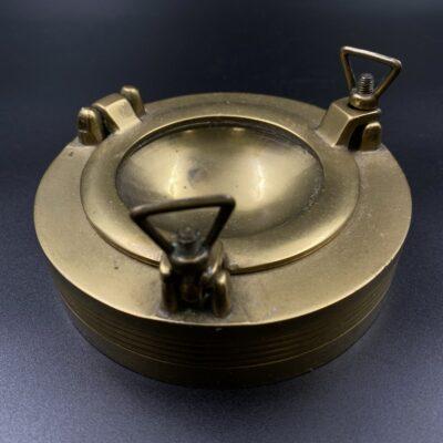 Žalvarinė dėžutė pagaminta iš laivo iliuminatoriaus