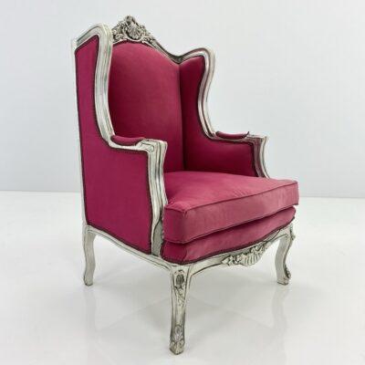 Senovinis fotelis mediniu baltu rėmu, aptrauktas rožiniu gobelenu