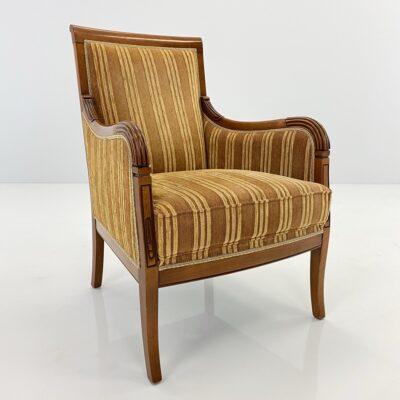 Senovinis fotelis mediniu rėmu, aptrauktas geltonu dryžuotu gobelenu