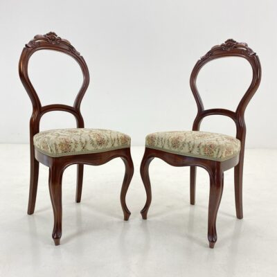 Senovinės kėdės atviromis ovalo formos atkaltėmis, lenktomis kojytėmis, aptrauktos šviesiu gėlėtu gobelenu