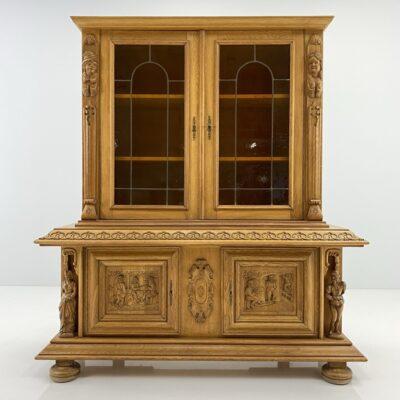 Dviejų dalių ąžuolinė indauja dekoruota drožiniais su įstiklintomis vitražiniu stiklu durelėmis
