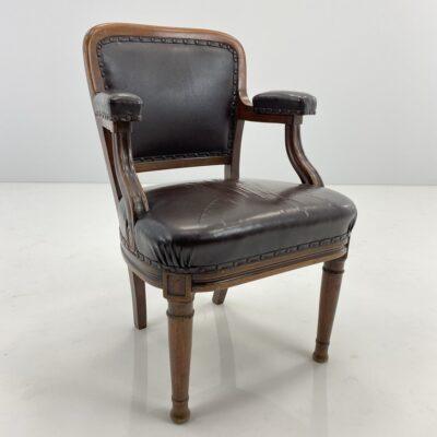 Medinis krėslas apvaliomis į apačią siaurėjančiomis kojomis aptrauktas ruda oda