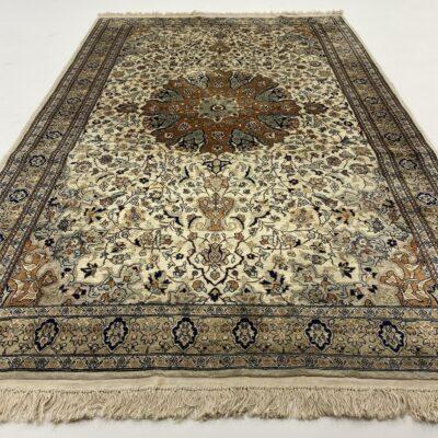 Persiškas šilkinis rankų darbo kilimas dekoruotas augaliniais ornamentais