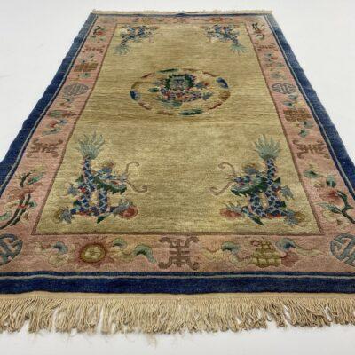 Šviesiai geltonas mėlynais kraštais vilnos kilimėlis
