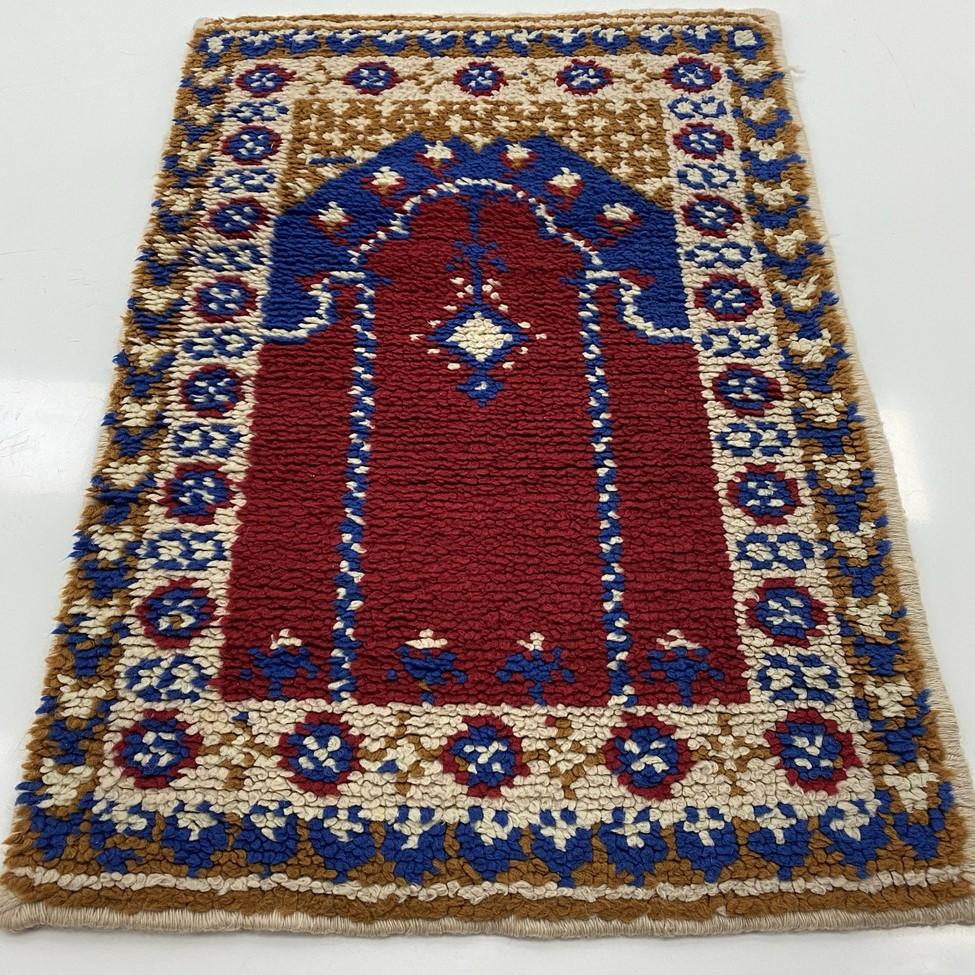 Geometriniais ornamentais dekoruotas vilnos kilimėlis