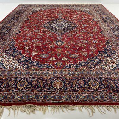 Raudonas persiškas Kešano rankų darbo vilnonis kilimas dekoruotas augaliniais ornamentais