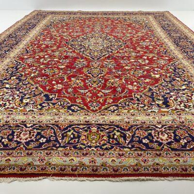 Raudonas persiškas rankų darbo vilnonis kilimas dekoruotas augaliniais ornamentais