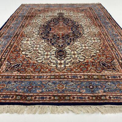 Mėlynai raudonas persiškas rankų darbo vilnonis kilimas dekoruotas geometriniais ir augaliniais ornamentais