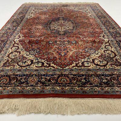 Mėlynai raudonas persiškas rankų darbo vilnonis kilimas dekoruotas augaliniais ornamentais