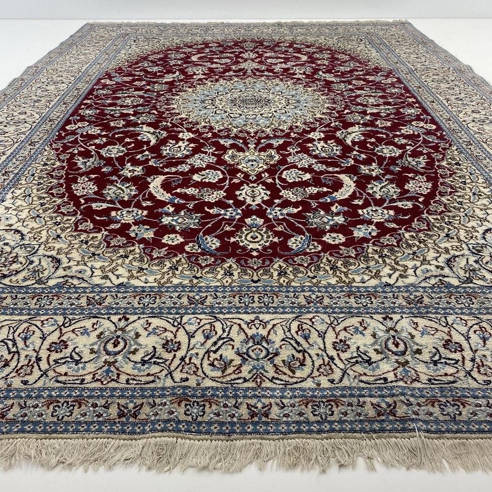 Baltas su raudonucentru ir melsvais augaliniais ornamentais dekoruotas persiškas rankų darbo kilimas Nain