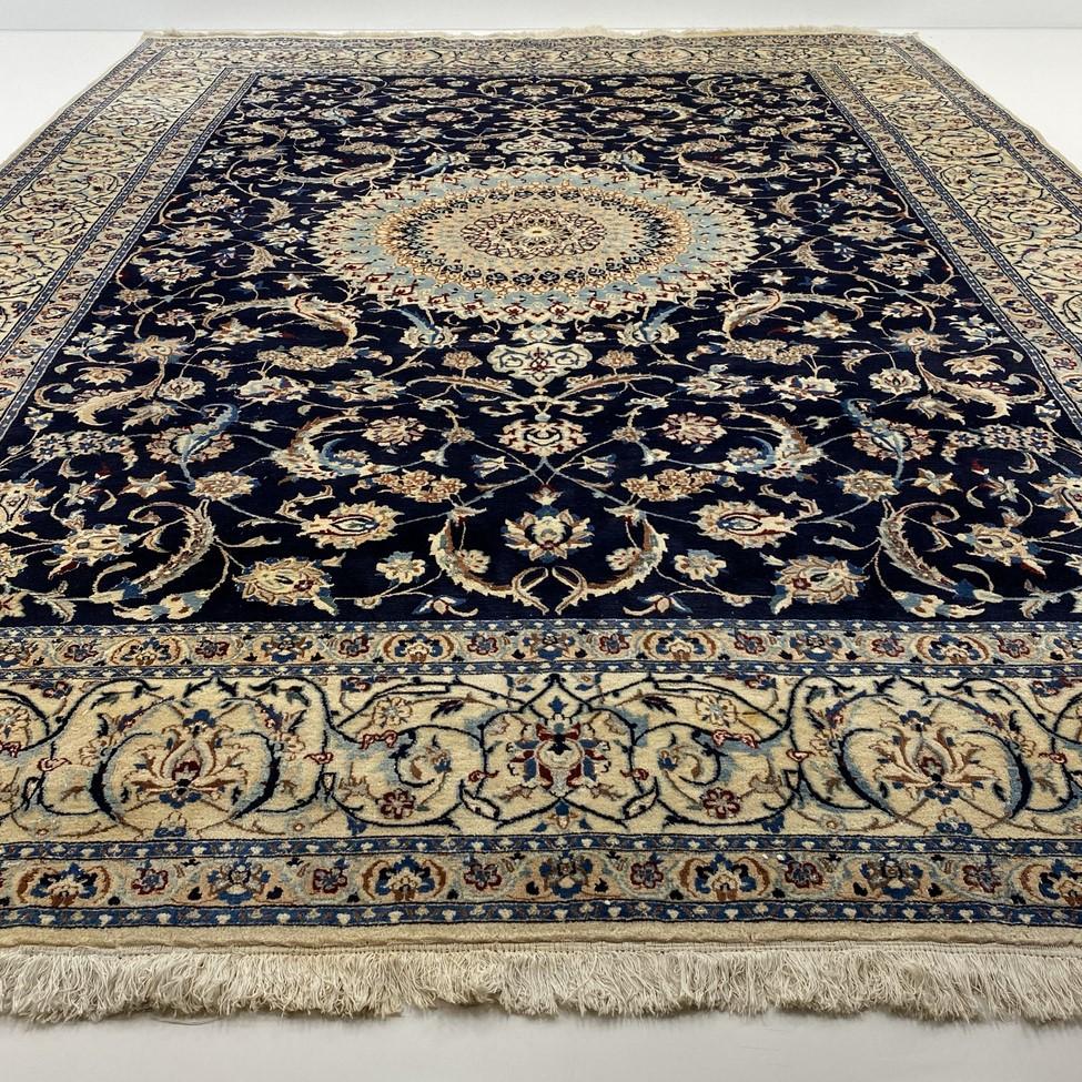 Mėlynas su šviesiu centru augaliniais ornamentais dekoruotas persiškas rankų darbo kilimas Nain