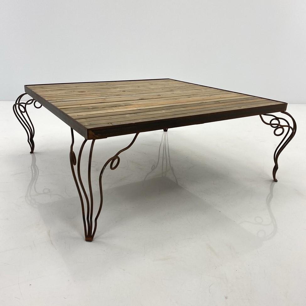 Kvadratinis staliukas metaliniu rėmu ir medinių lentelių viršumi