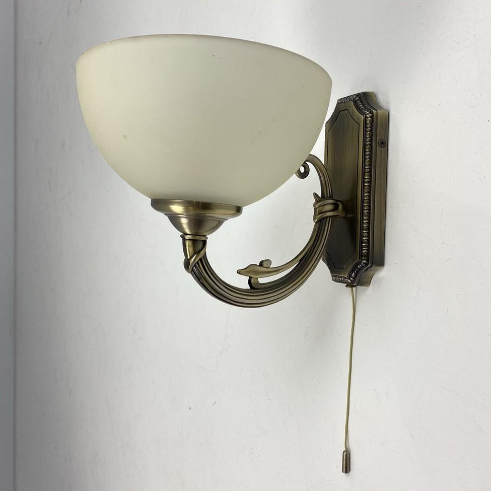 Sieninis žalvarinis šviestuvas stikliniu gaubtu