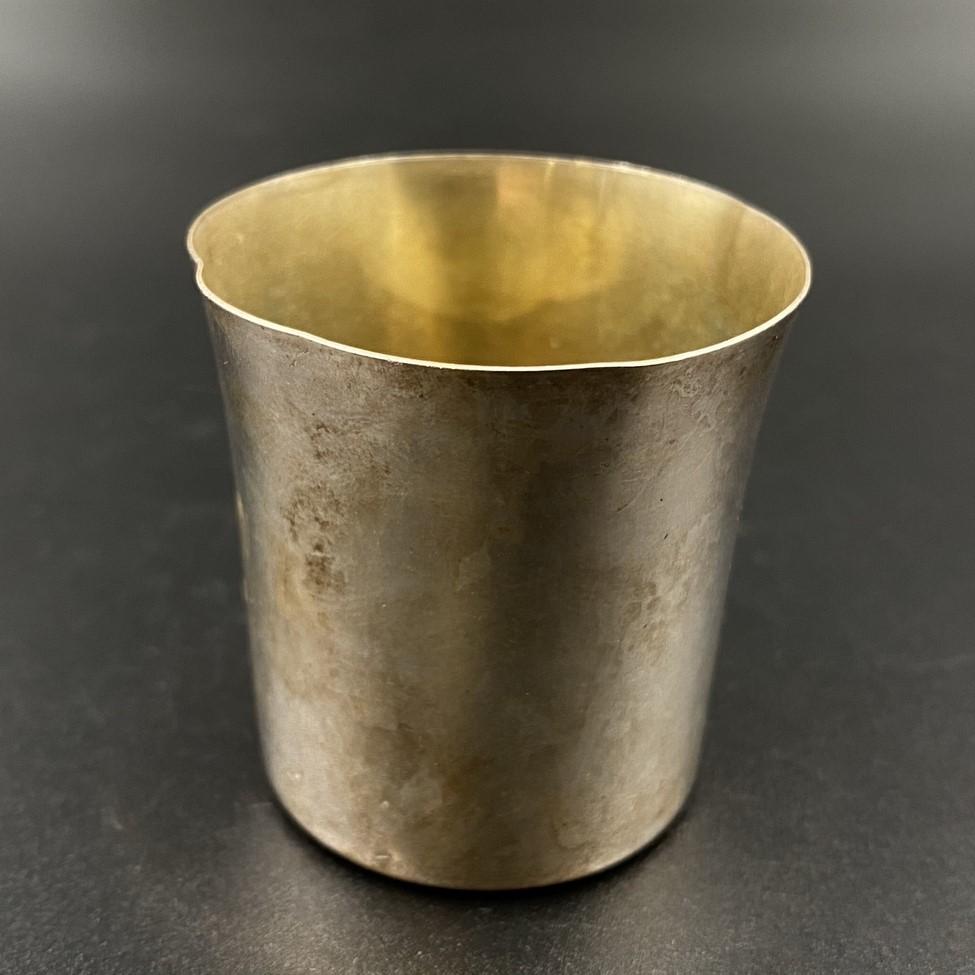 """1965 metais Švedijos įmonės """"GAB"""" pagaminta sidabrinė taurelė"""