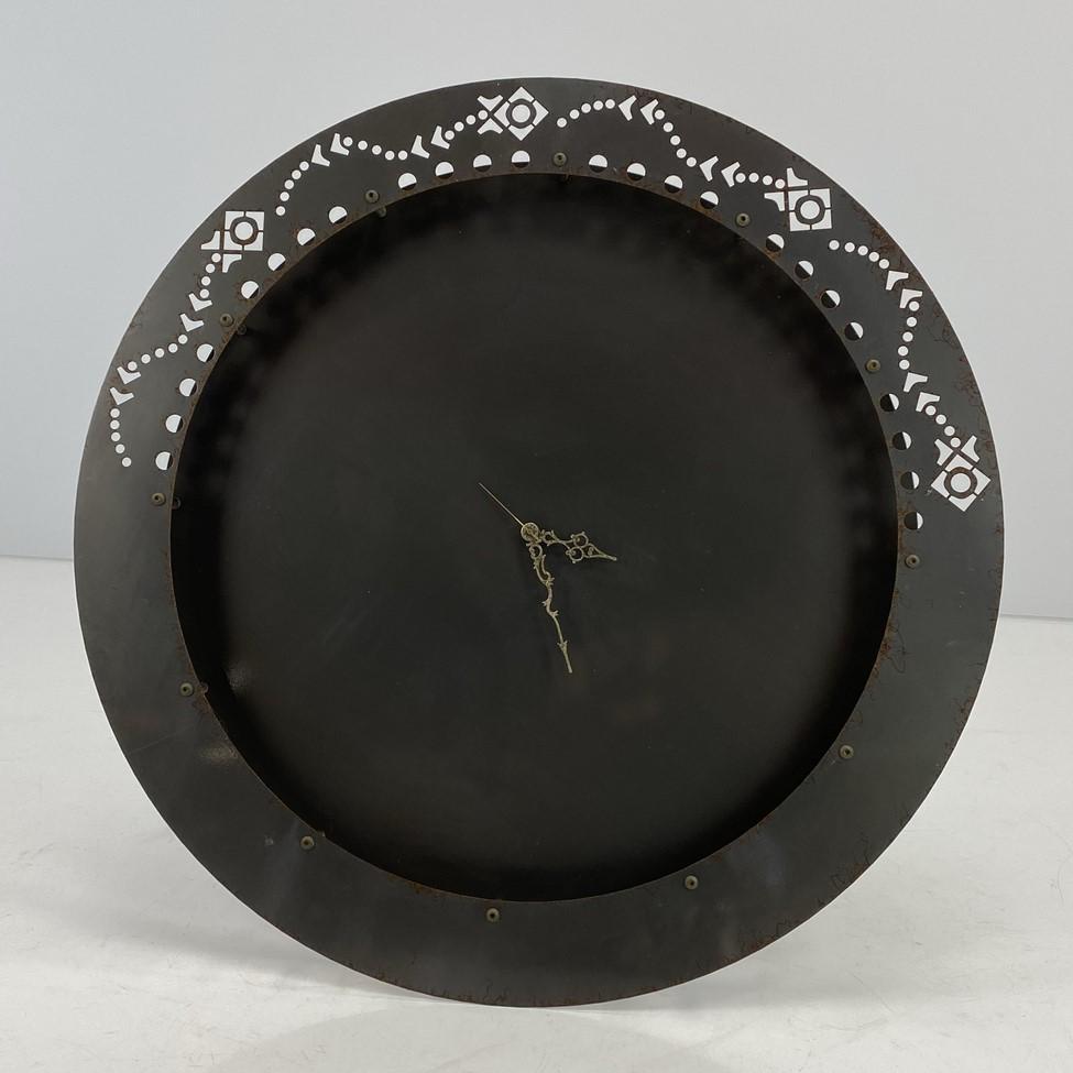 Apvalus pakabinamas metalinis laikrodis