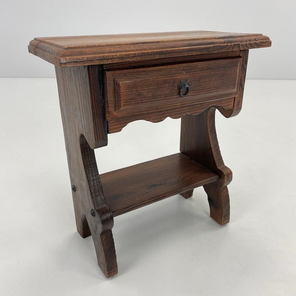 Medinė spintelė su stalčiumi ir lentynėle apačioje
