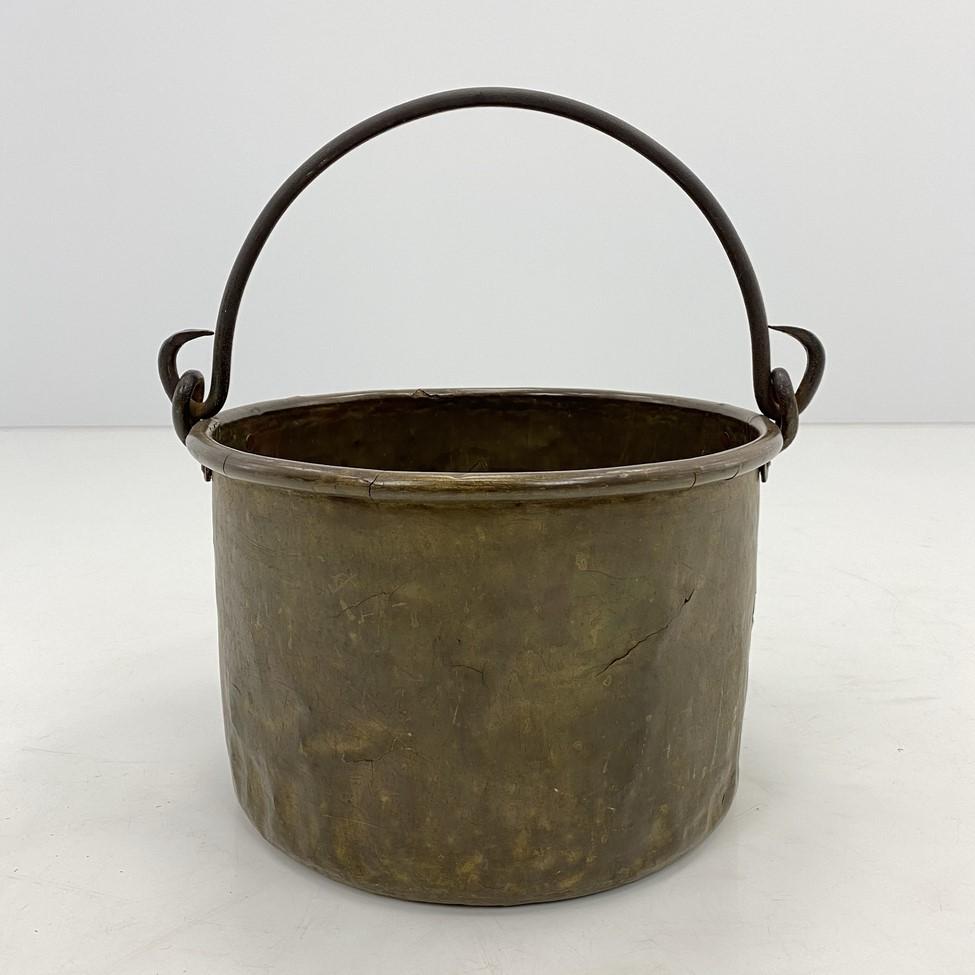 Senovinis žalvarinis pakabinamas puodas su kalvio darbo rankena