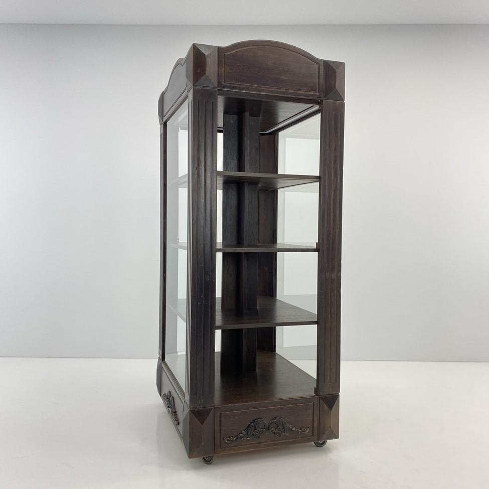 Vientisa medinė vitrina su medinėmis lentynomis ir įstiklintais šonais ir durelėmis