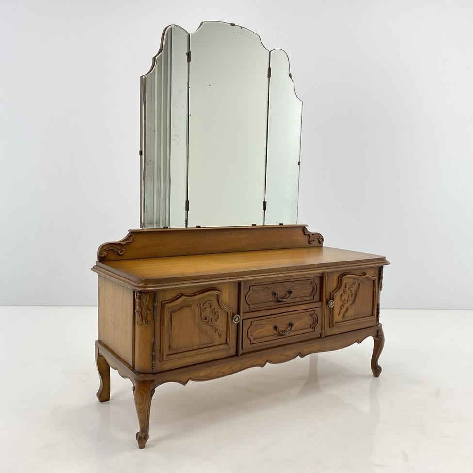 Ąžuolinis kosmetinis staliukas su veidrodžiu ir pora spintelių bei dviem stalčiais