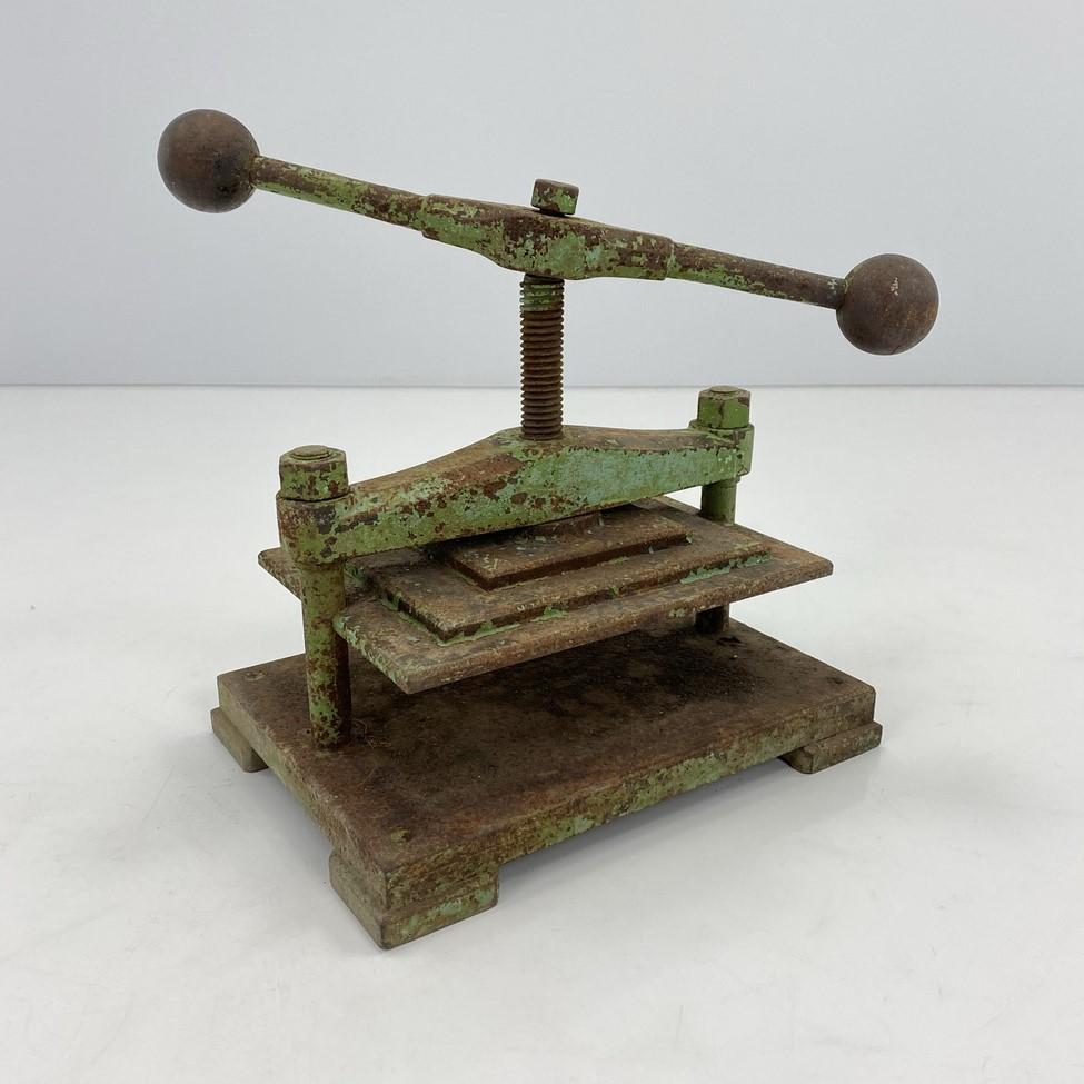 Senovinis metalinis presas